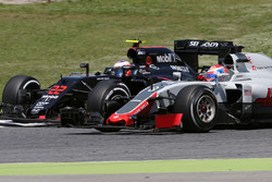 Romain Grosjean, Haas F1 Team and Jenson Button, McLaren Honda
