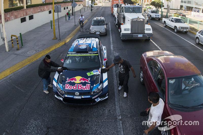 8. Jari-Matti Latvala, Miikka Anttila, Volkswagen Polo WRC, Volkswagen Motorsport get a car wash at a stop light