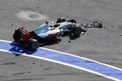 Esteban Gutierrez, Haas F1 Team VF-16 crash at the start