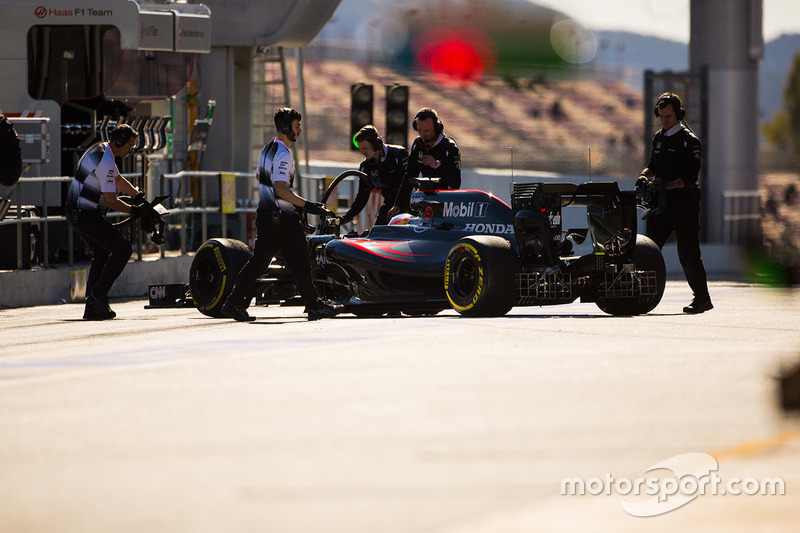 Fernando Alonso, McLaren MP4-31 in the pits