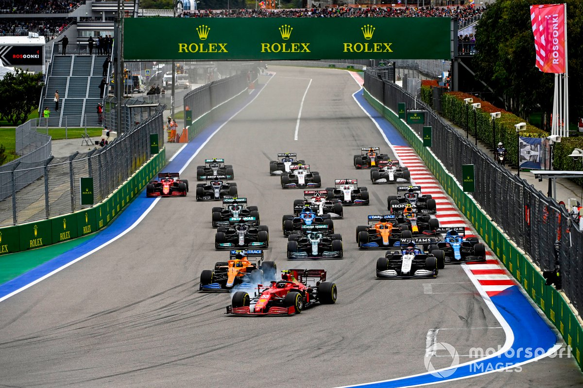 Carlos Sainz Jr., Ferrari SF21, Lando Norris, McLaren MCL35M, George Russell, Williams FW43B, Lance Stroll, Aston Martin AMR21, Fernando Alonso, Alpine A521, and the rest of the field at the start