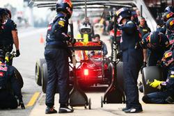 Daniel Ricciardo, Red Bull Racing RB12 practices a pit stop