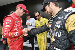 Scott Dixon, Chip Ganassi Racing Chevrolet signing the suit of James Hinchcliffe, Schmidt Peterson Motorsports Honda