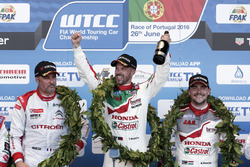 Podium: Race winner Tiago Monteiro, Honda Racing Team JAS, Honda Civic WTCC; second place Yvan Muller, Citroën World Touring Car Team, Citroën C-Elysée WTCC; third place Norbert Michelisz, Honda Racing Team JAS, Honda Civic WTCC