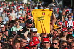 A Kevin Magnussen, Renault Sport F1 Team fan with a t-shirt