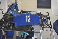 Formula 1 Photos - Mechanics working on the Sauber C35