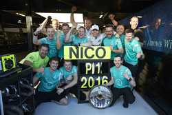 Winner Nico Rosberg, Mercedes AMG F1 Team celebrates with his team