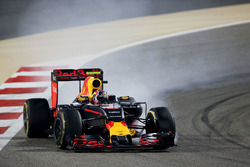 Daniil Kvyat, Red Bull Racing RB12 locks up under braking