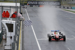 Checkered flag for Ben Barnicoat, HitechGP Dallara F312 – Mercedes-Benz