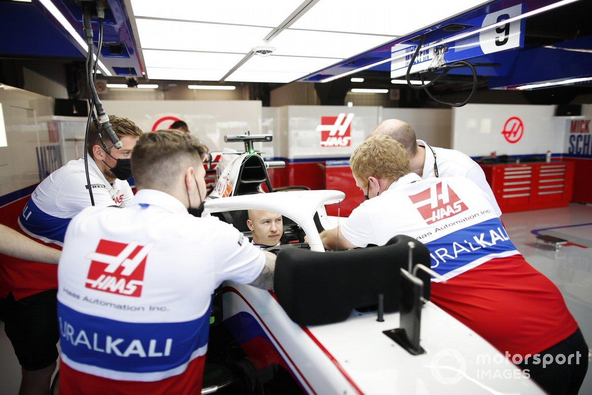 Nikita Mazepin, Haas F1, en la cabina en elgaraje del equipo