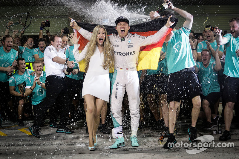 2. Nico Rosberg, Mercedes AMG F1 celebrates his World Championship with his wife Vivian Rosberg and the team