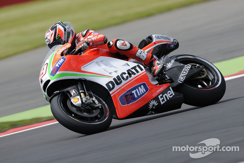 At Silverstone, Ducati Team reduces gap to the front in the dry
