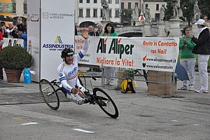 Alex Zanardi earns gold medal in Paralympic handcycling race