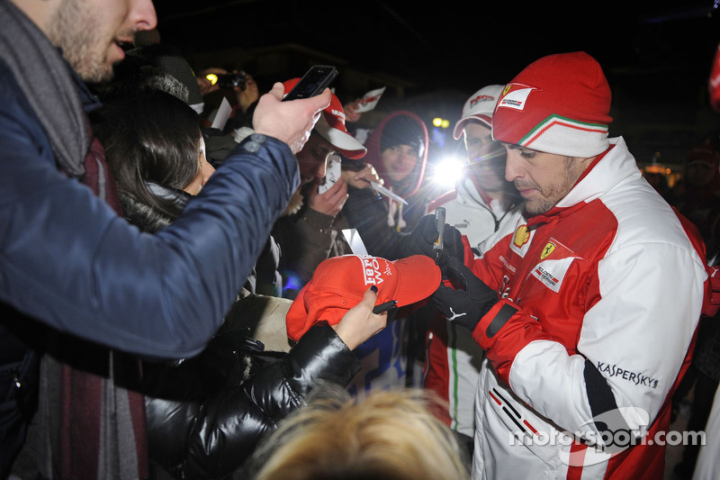 Wrooom 2013 – Alonso and Massa meet  the fans in the piazza - video