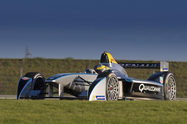 Formula E car completes successful test debut - Video
