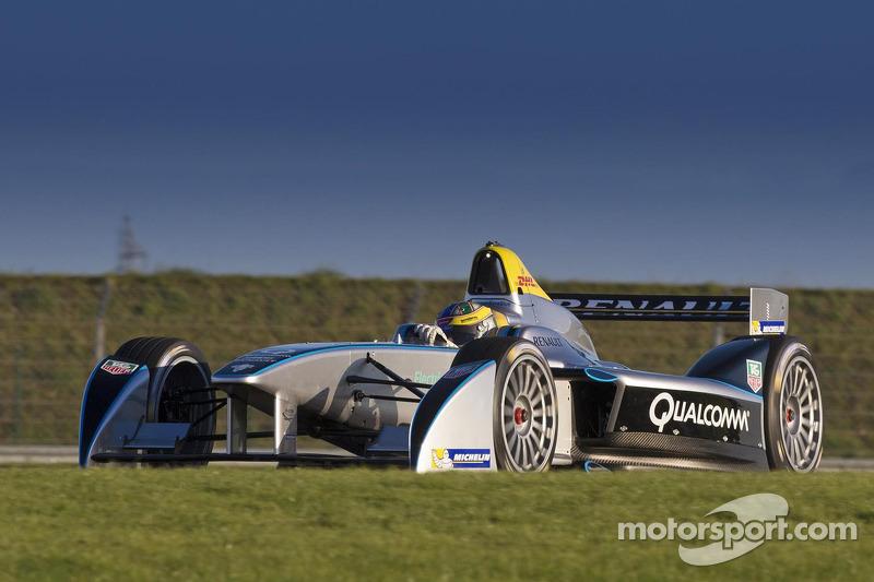 Formula E car completes successful test debut - Video