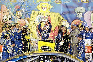Jimmie Johnson stays out, steals the victory at Kansas