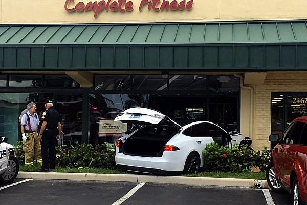 Auto Actualités Vidéo - Une Tesla se crashe dans une salle de sport