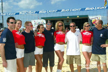Sebring Beach Volleyball Challenge: Bryan Herta, David Donohue, David Brabham, Bill Auberlen, Eric Van De Poele and the Hawiian Tropic girls