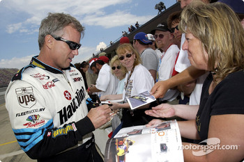 Ricky Rudd signing a few autographs