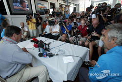 Announcement of Fernando Alonso as the Renault F1 race driver for 2003: Patrick Faure and Flavio Briatore