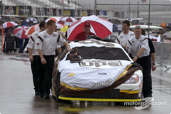 The Robert Yates crew push the UPS Ford Taurus through the rain