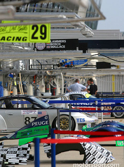 Pitlane ambiance while teams get prepared
