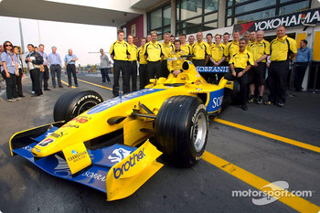 Ralph Firman and the team pose with the Jordan EJ13