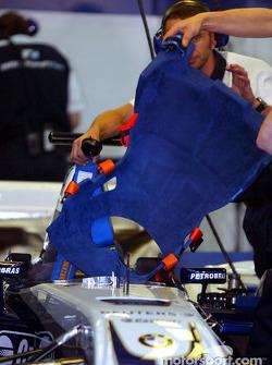 WilliamsF1 team members prepare cockpit