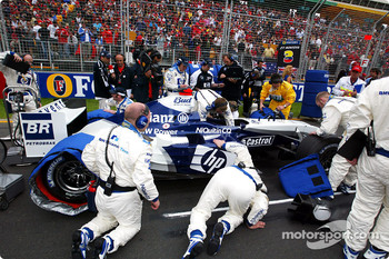 Williams-BMW team members get ready on the starting grid