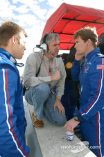 Eddie Cheever discusses with Ed Carpenter and Alex Barron