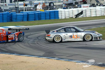 #43 BAM! Porsche 911 GT3RS: Leo Hindery, Peter Baron, Mike Rockenfeller, and #15 Taurus Racing Lola B2K/10 Judd: Milka Duno, Justin Wilson, Phil Andrews in trouble