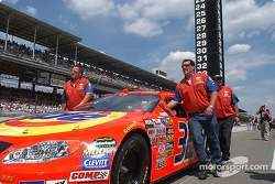 Ricky Craven's team pushes the car onto the grid