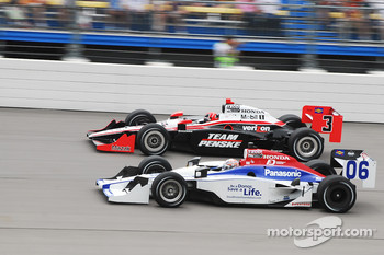 Helio Castroneves, Team Penske passes Hideki Mutoh, Newman/Haas Racing