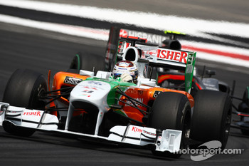 Adrian Sutil, Force India F1 Team leads Sakon Yamamoto, Hispania Racing F1 Team