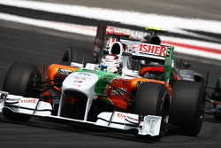 Adrian Sutil, Force India F1 Team leads Sakon Yamamoto, Hispania Racing F1 Team