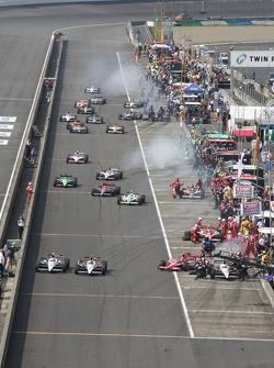 Dario Franchitti, Target Chip Ganassi Racing, Helio Castroneves, Team Penske, Ryan Briscoe, Team Penske on pitlane