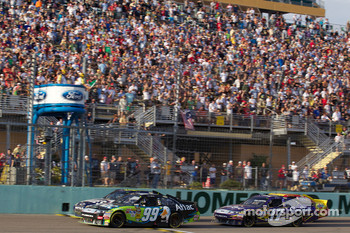 Carl Edwards, Roush Fenway Racing Ford and Jimmie Johnson, Hendrick Motorsports Chevrolet lead the field on a restart