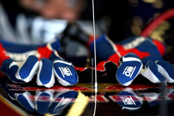 The gloves of Jaime Alguersuari, Scuderia Toro Rosso