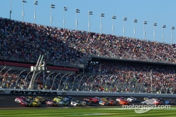Start: Jeff Gordon, Hendrick Motorsports Chevrolet and Trevor Bayne, Wood Brothers Racing Ford lead the field