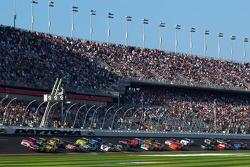 Start: Jeff Gordon, Hendrick Motorsports Chevrolet and Trevor Bayne, Wood Brothers Racing Ford lead the field
