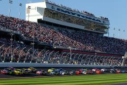 Restart: Jeff Gordon, Hendrick Motorsports Chevrolet leads the field