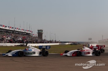 Start: Josef Newgarden, Sam Schmidt Motorsports and Esteban Guerrieri, Sam Schmidt Motorsports battle for the lead