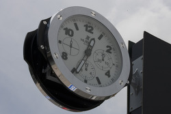Clock at the pitlane