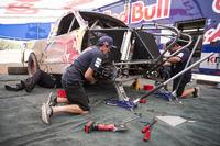 Other truck Photos - Des mécaniciens travaillent sur le pick-up de Bryce Menzies