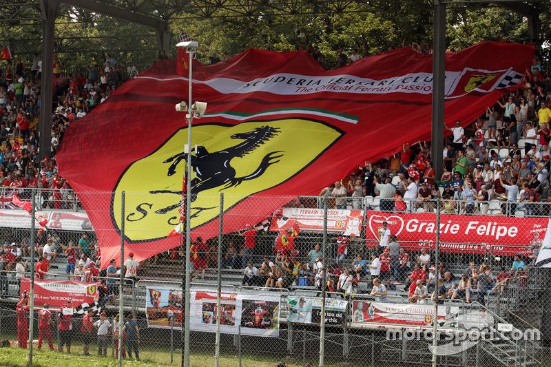 Большой баннер фанатов Ferrari на главной трибуне