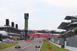 Max Verstappen, Red Bull Racing RB12; Esteban Gutierrez, Haas F1 Team VF-16