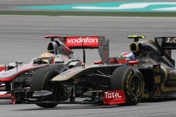 Vitaly Petrov, Lotus Renalut F1 Team and Lewis Hamilton, McLaren Mercedes