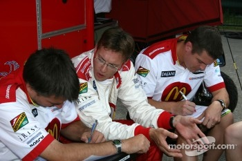 Sébastien Bourdais discusses with his engineers
