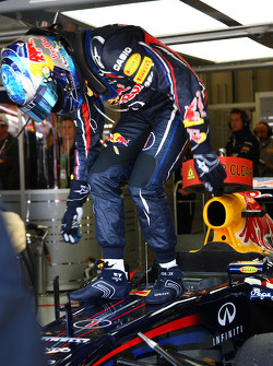Sebastian Vettel, Red Bull Racing has to jump from the car to avoid getting a shock